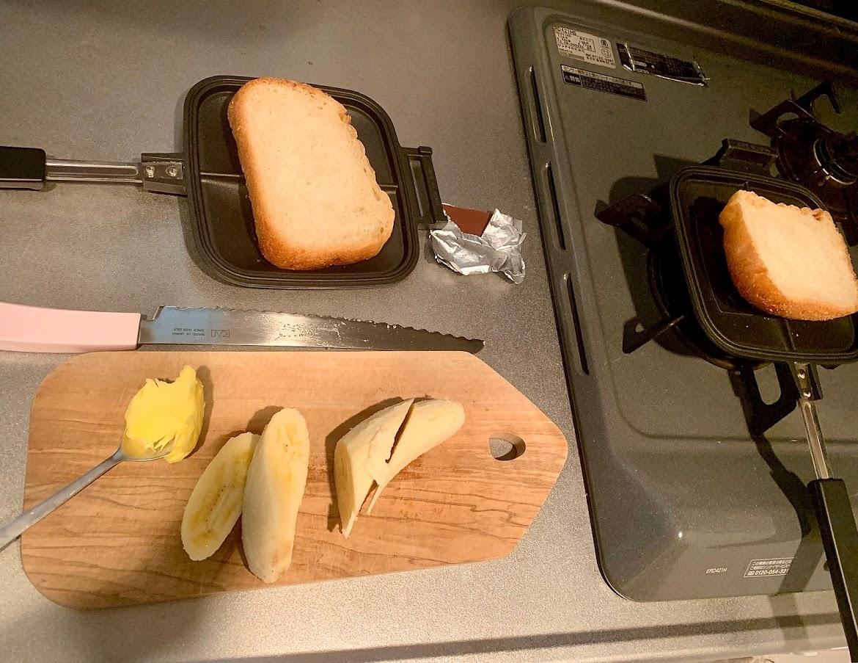バターとバナナとチョコレートの食材でホットサンドを作る準備